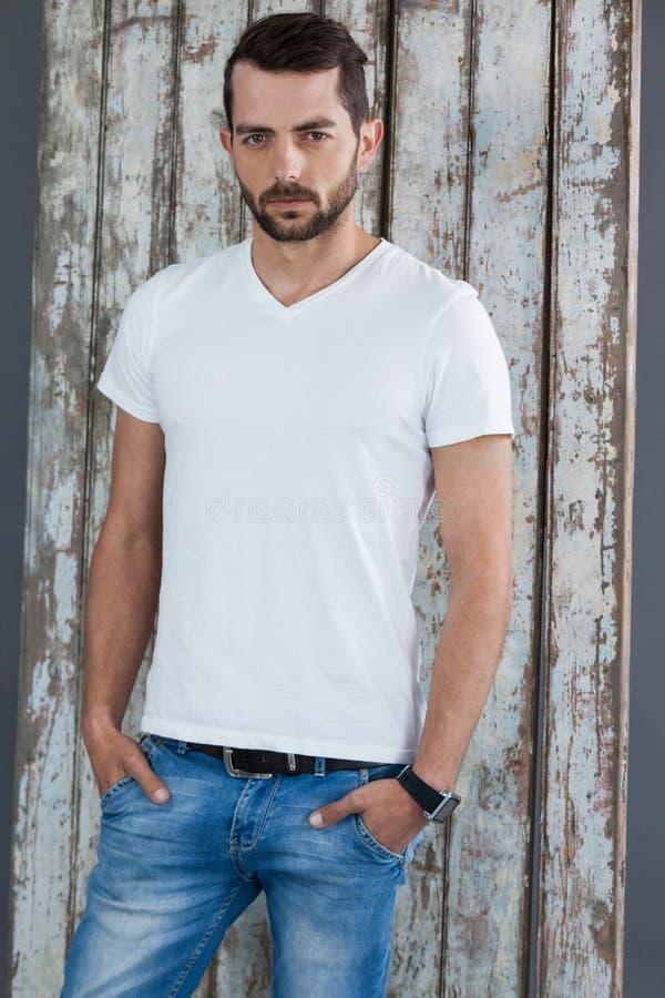 Man i den vit t-skjortan och jeans royaltyfri fotografi