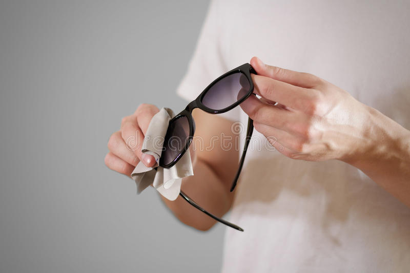 Man i den vita linsen för exponeringsglas för sol för svart för lokalvård för t-skjortahand med I arkivbild