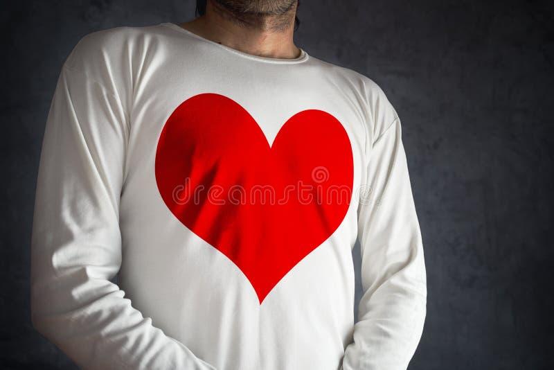 Man i den vita skjortan med utskrivaven stor röd hjärta fotografering för bildbyråer