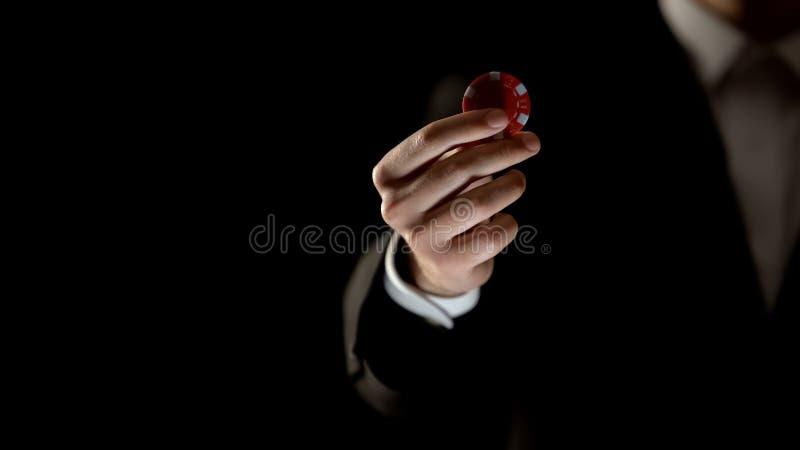 Man i dräktinnehavchipen, pokerlek i kasinoannonseringen som spelar böjelse royaltyfri fotografi
