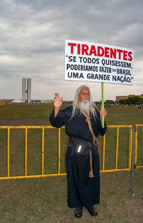 Man i dräktprotest i favör till Lula arkivbilder