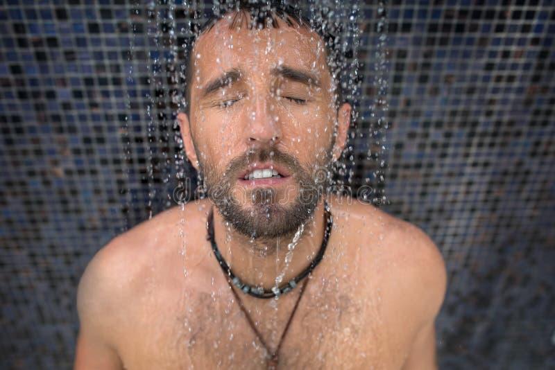 Man i dusch royaltyfria foton