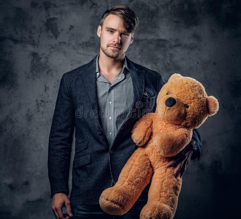 Man i en björn för nalle för dräktinnehavbrunt royaltyfria bilder