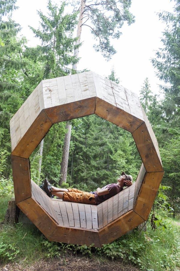 Man i `en för fälla för skulptur`-ljud, royaltyfri foto