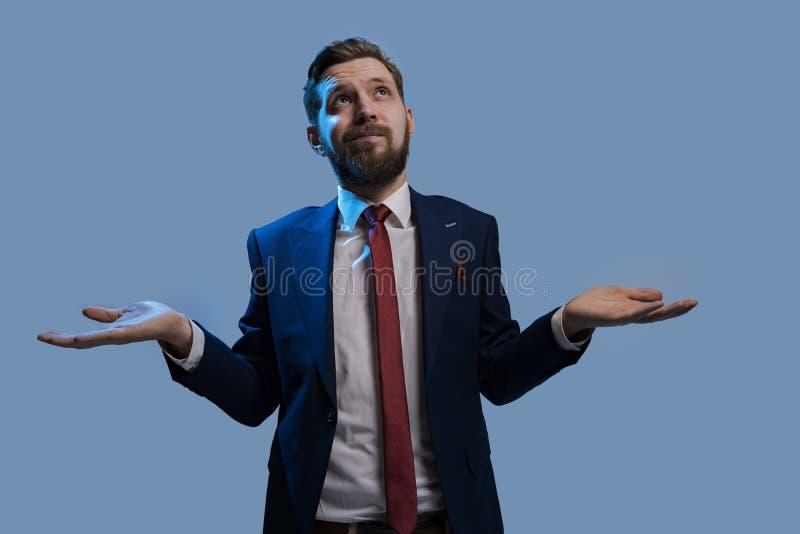 Man i en kostym kan inte fatta beslut arkivfoton