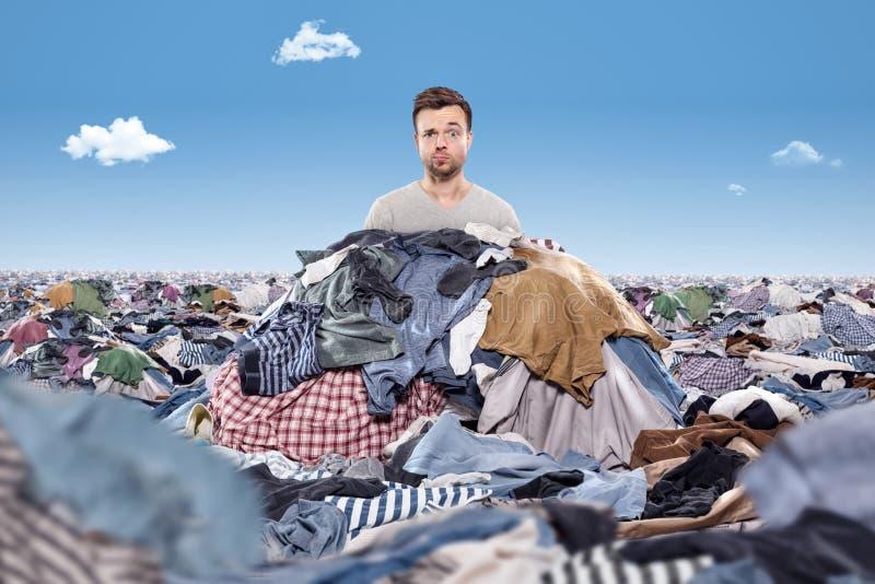 Man i en röra av tvätterit royaltyfria bilder