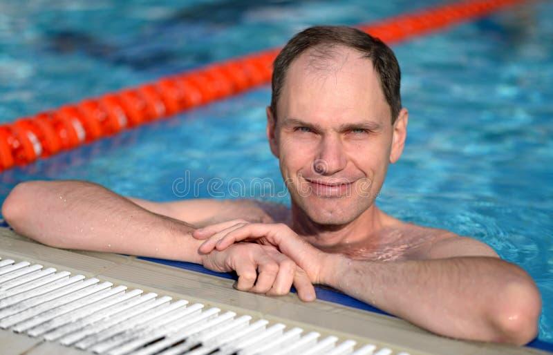 Man i en simbassäng royaltyfria bilder