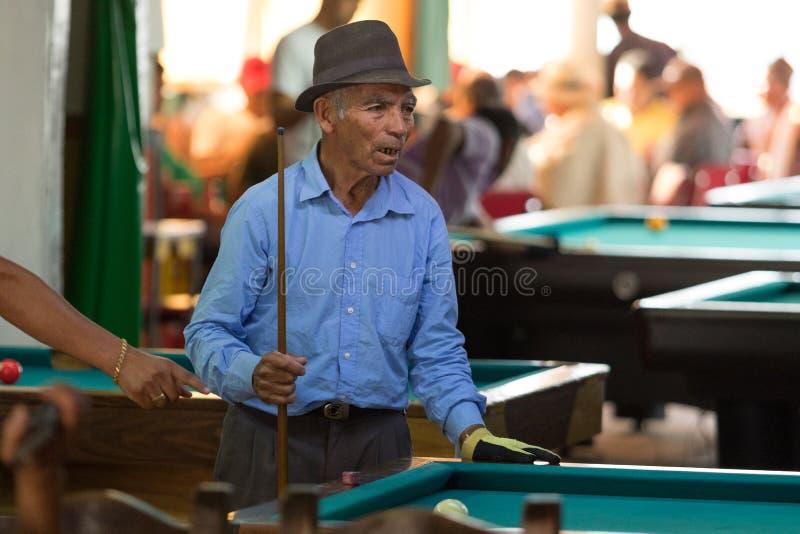Man i en stång som spelar pölen i Colombia royaltyfri foto