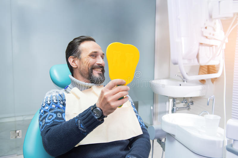 Man i en tand- stol royaltyfri foto