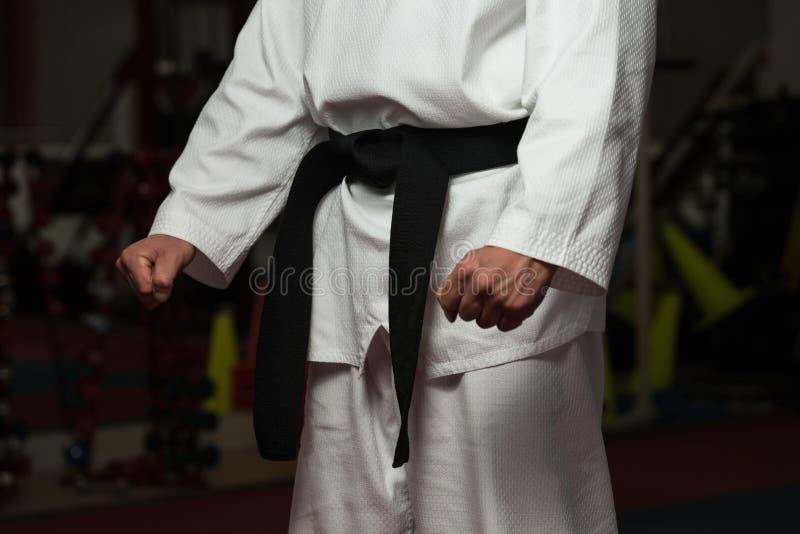 Man i en vitt kimono och bälte arkivfoton
