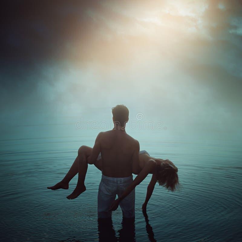Man i eteriskt vatten med den döda vännen arkivfoton
