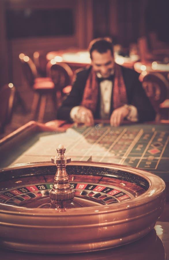 Man i ett kasino arkivfoto
