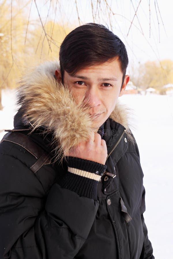 Man i ett vinteromslag arkivfoton