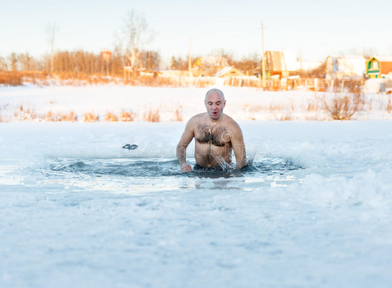 Man i etthål Man i is-hål royaltyfri fotografi