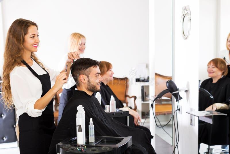 Man i frisersalongen royaltyfria foton
