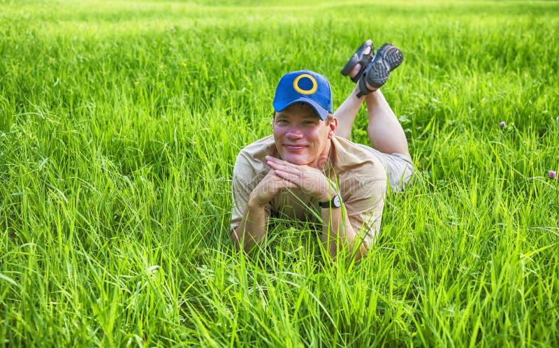 Man i gräs royaltyfria bilder