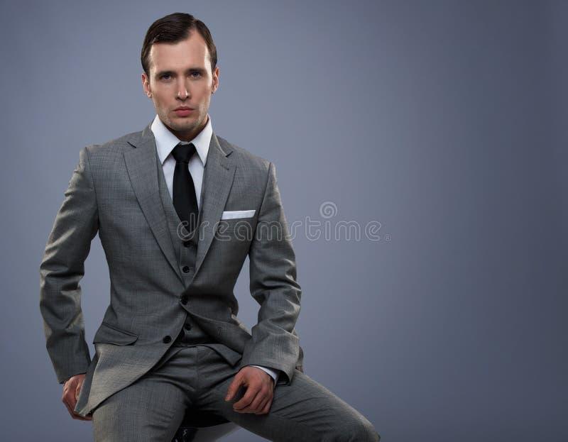 Man i grå dräkt royaltyfri fotografi