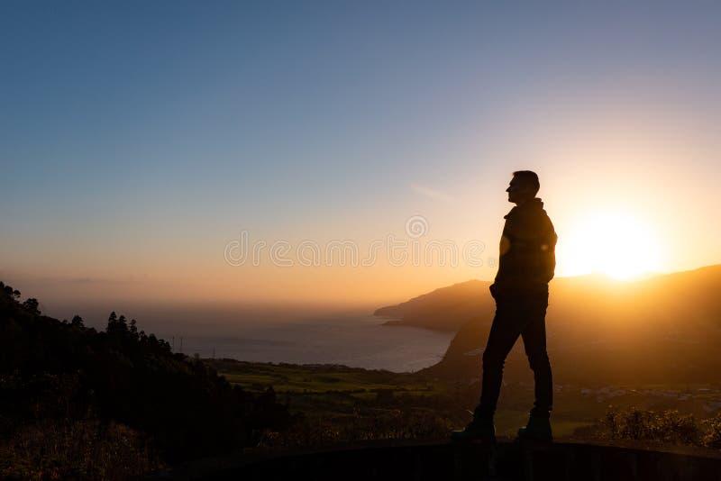 Man i härlig inspirerande soluppgång med berg och havet arkivfoton