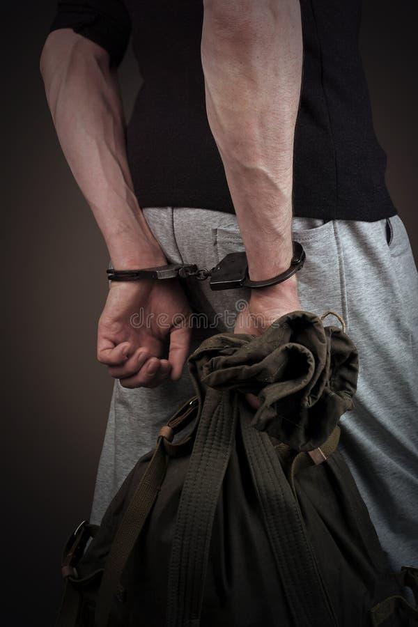 Man i handbojor och med en ryggsäck i hans händer royaltyfria bilder