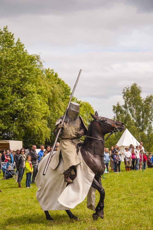 Man i harnesk av en medeltida riddare på en häst arkivbild