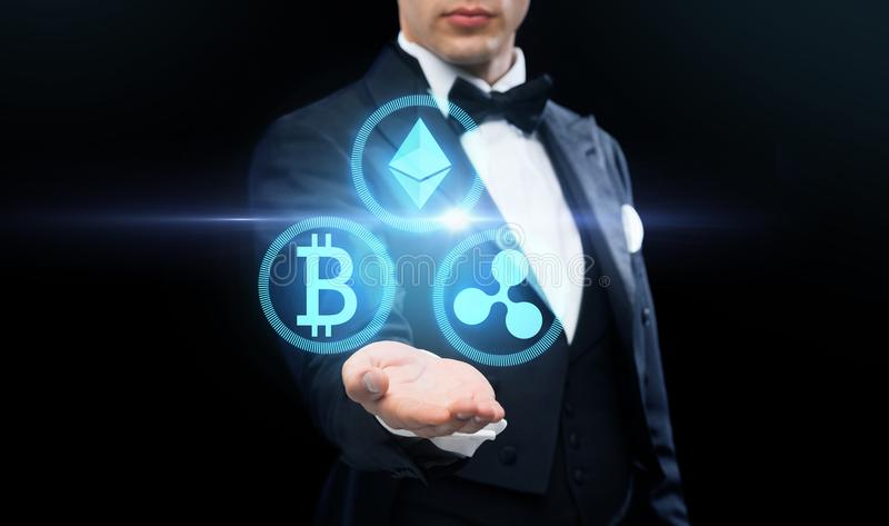 Man i jackett med cryptocurrencyhologram royaltyfri foto