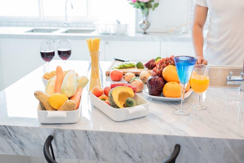 Man i köket med att förbereda mat för hans fru som hem kommer royaltyfri fotografi