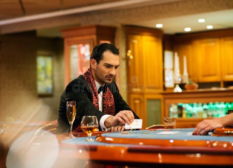 Man i kasino royaltyfri fotografi