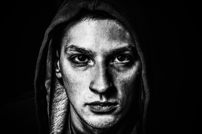 Man i mörker fotografering för bildbyråer