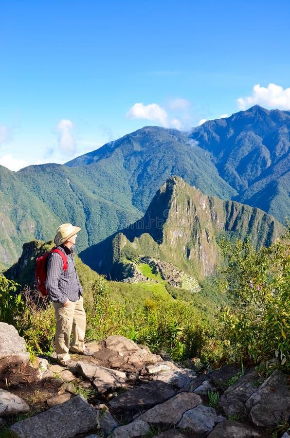 Man i Machu Picchu, Peru arkivbilder