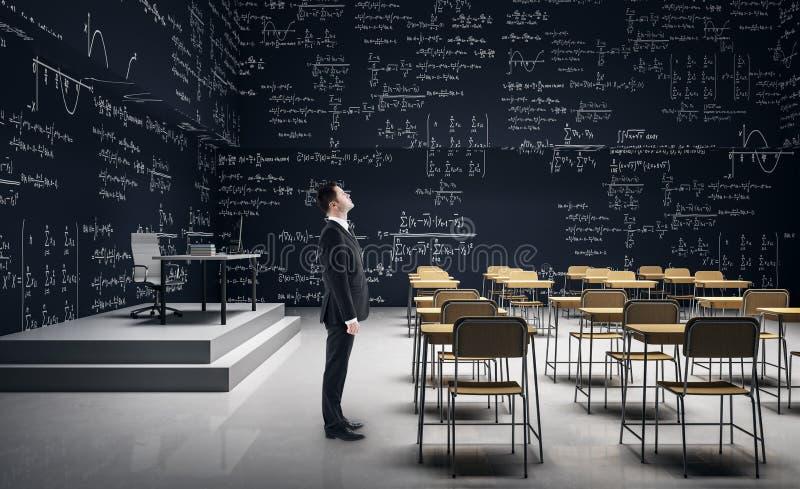 Man i modernt klassrum arkivfoton