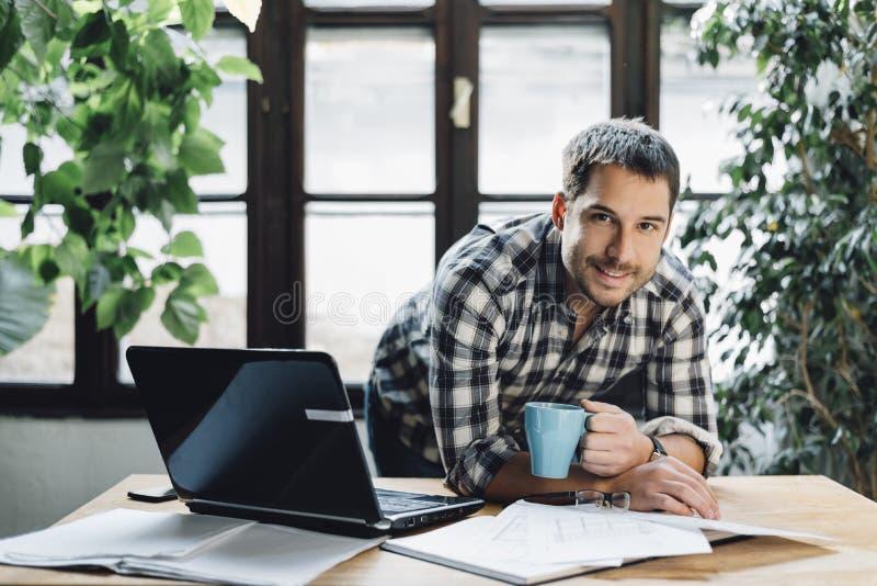 Man i modernt kontor arkivfoto