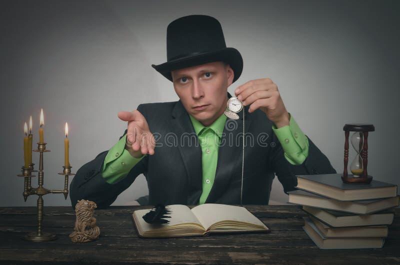 Man i plommonstop med rovan royaltyfri fotografi