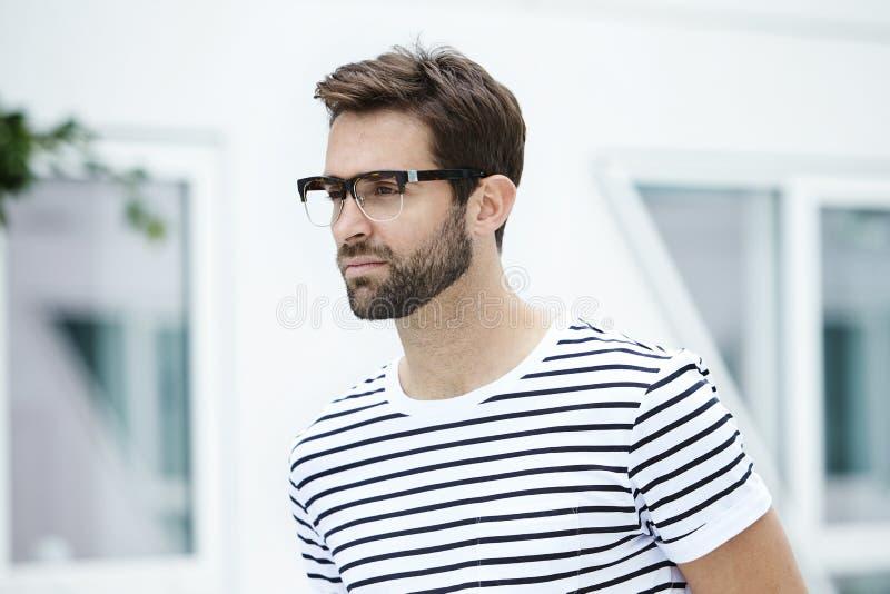 Man i randig t-skjorta royaltyfri bild