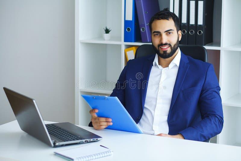 MAN I REGERINGSSTÄLLNING Stående av den manliga arbetaren royaltyfria bilder