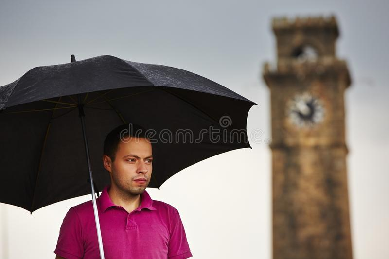 Man i regn arkivfoton