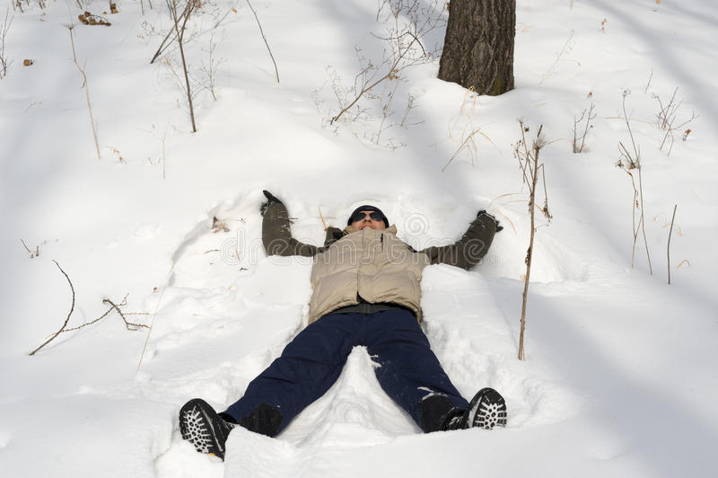 Man i snow arkivfoton