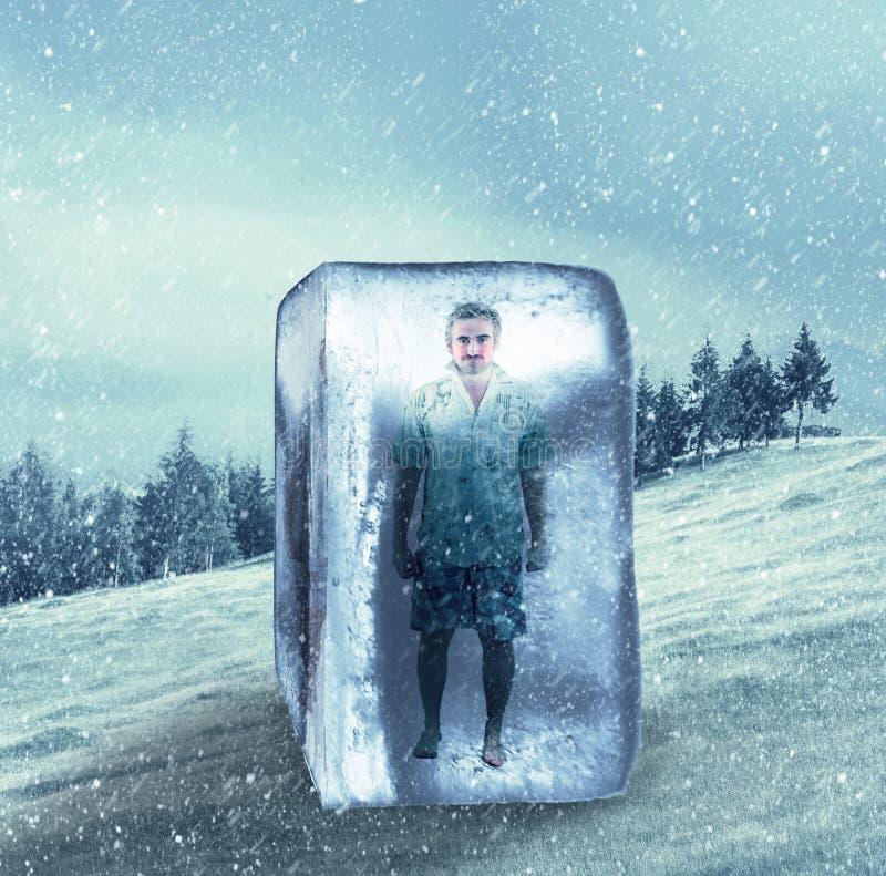 Man i sommarkläder som frysas i en iskub fotografering för bildbyråer