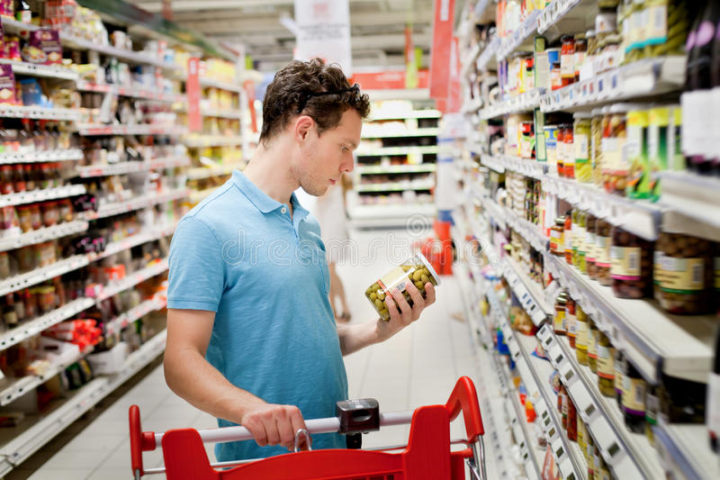 Man i supermarket arkivfoton