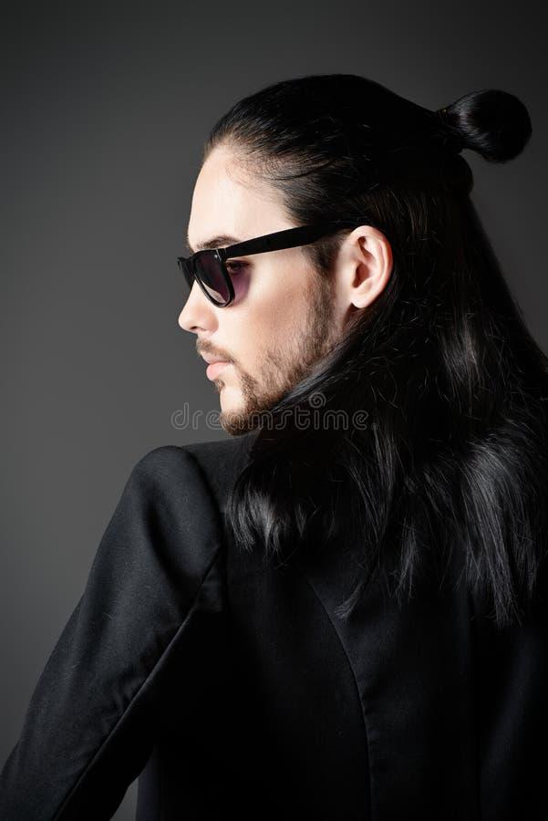 Man i svart royaltyfria foton