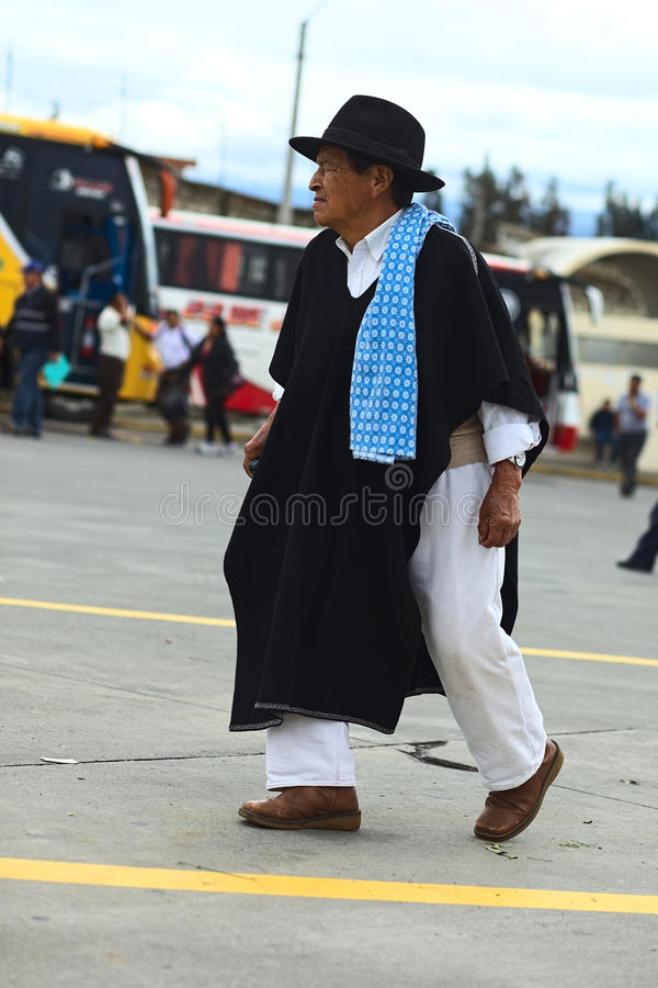 Man i traditionell kläder i Ambato, Ecuador arkivfoton