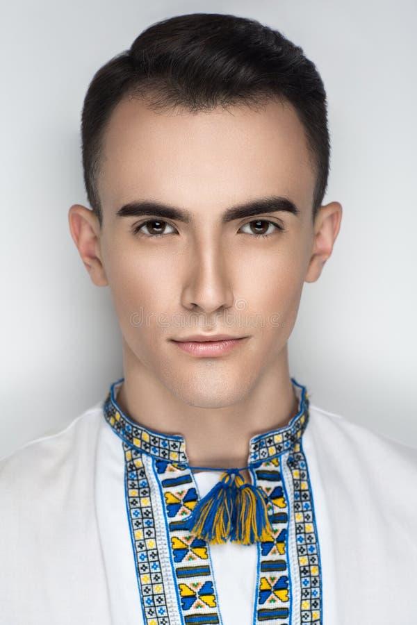 Man i traditionell ukrainsk broderi royaltyfria foton