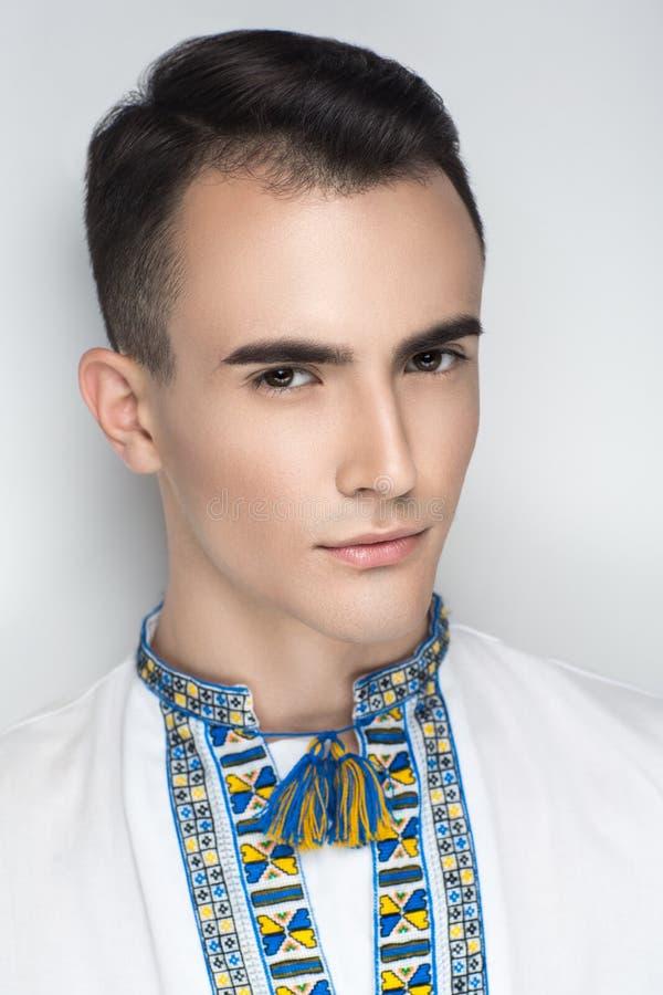 Man i traditionell ukrainsk broderi royaltyfri fotografi