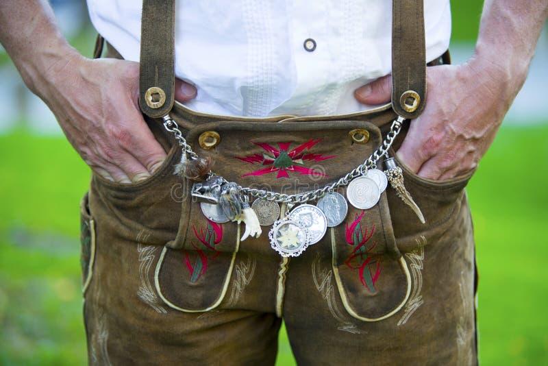 Man i traditionella bavarianläderflåsanden royaltyfri fotografi