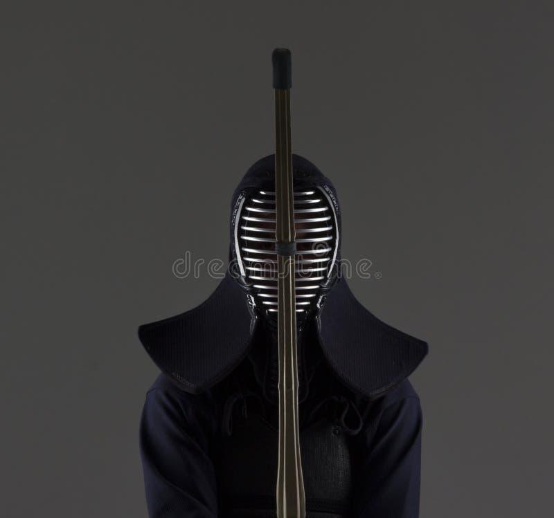Man i traditionskendoharnesk med bambusvärdet royaltyfri foto