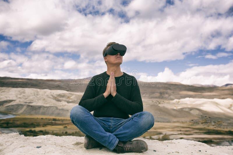 Man i virtuell verklighetexponeringsglas arkivfoton