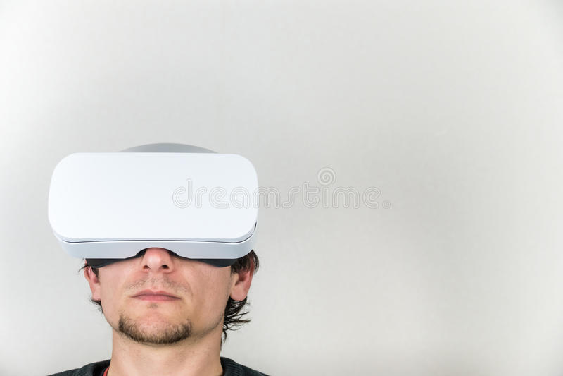 Man i virtuell verklighethörlurar med mikrofon arkivbilder
