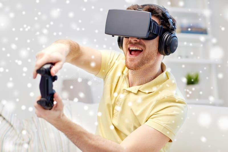 Man i virtuell verklighethörlurar med mikrofon med kontrollanten arkivbild