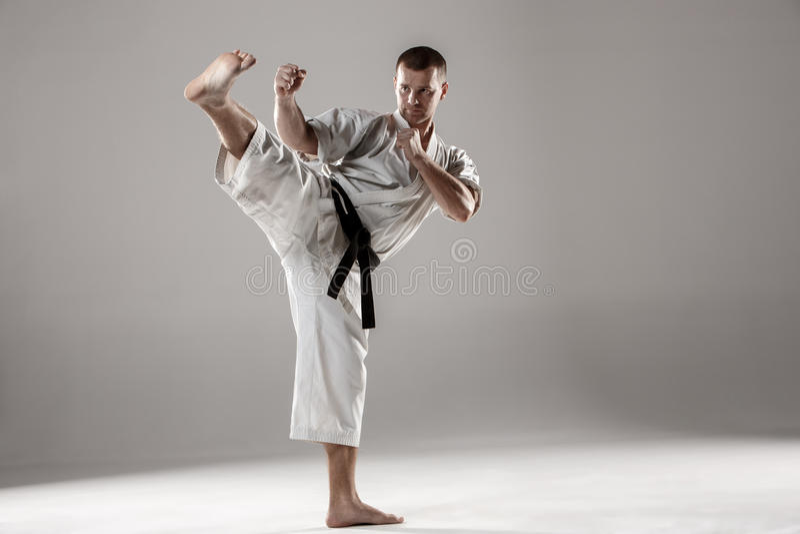 Man i vit kimonoutbildningskarate arkivfoton