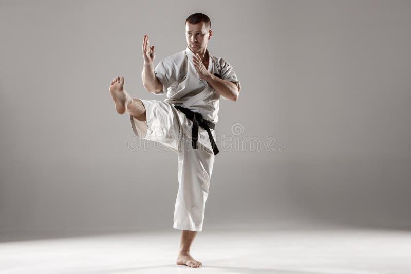Man i vit kimonoutbildningskarate fotografering för bildbyråer