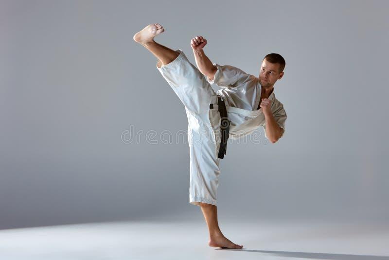 Man i vit kimonoutbildningskarate royaltyfria foton